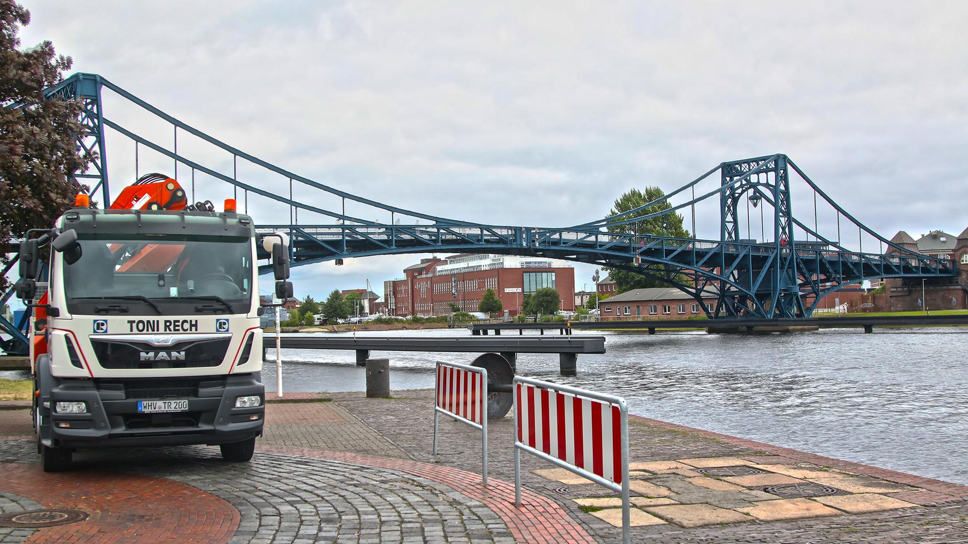 LKW Toni Rech vor Kaiser Wilhelm Brücke Wilhelmshaven